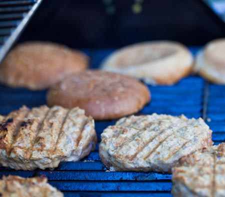 TURKEY-BURGER-STEP4-GRILL-PATTIES-AND-BUNS-450X394.jpg
